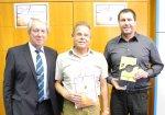Ausgezeichnete Leistung: der 1. Vorsitzende Rolf Schmid (Mitte) und Jugendwart Oliver Dunger (rechts) erhalten von Verbandsjugendwart Siegfried Guttenson (links) die Auszeichnung